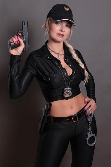 Stripperin als Polizistin buchen - Chantal-Strip.com